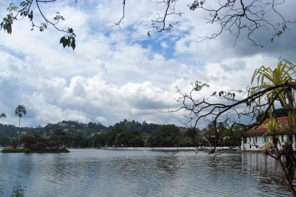 Il lago di Kandy - foto © Paolo Coluzzi 2013
